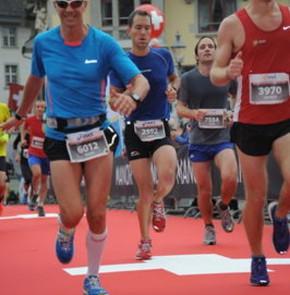 SwissCity Marathon Lucerne vom 26.10.2014 - Auf der Reussbrücke beim Händeabklopfen (18 km)