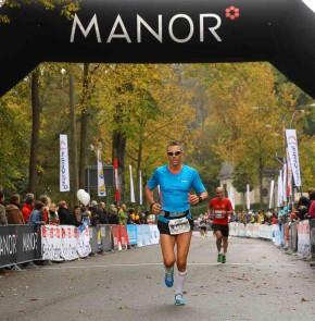 SwissCity Marathon Lucerne vom 26.10.2014 - Wenige 100 Meter bis zum Ziel im Verkehrshaus Luzern.